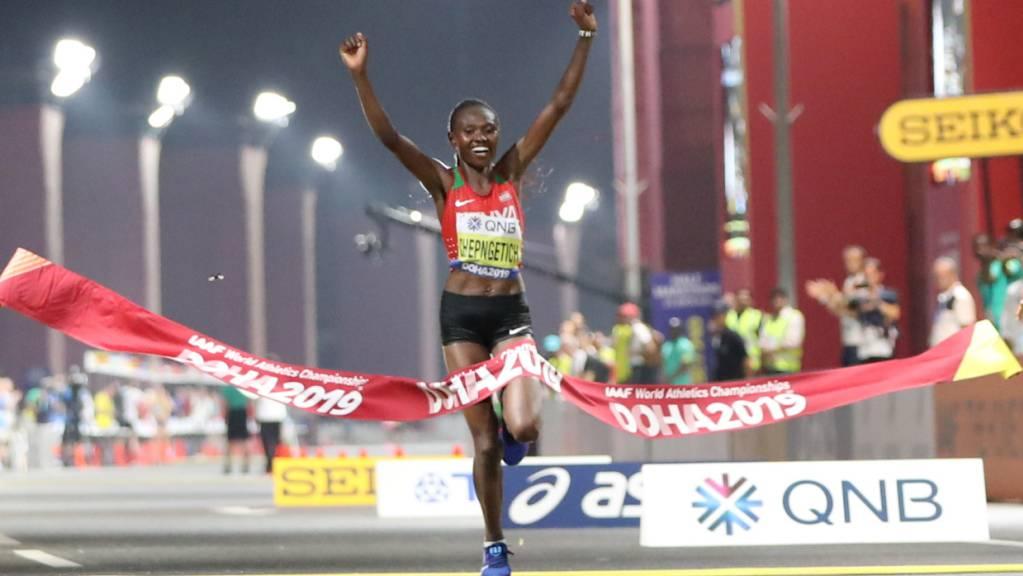 Ruth Chepngetich beim Einlauf als Marathon-Weltmeisterin in Doha 2019. Nun besitzt sie neben der Goldmedaille auch noch einen Weltrekord über die Halbmarathon-Distanz.