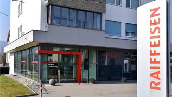 Die Raiffeisenbank in Däniken wurde Anfang April 2018 überfallen. Nun stehen die mutmasslichen Täter vor Gericht.