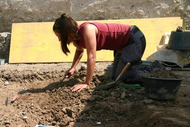 Archäologin Anna Kienholz bei der Arbeit.