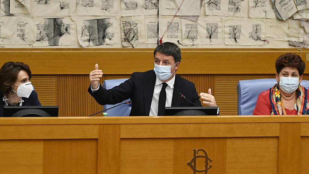 Matteo Renzi, Chef der in Italien mitregierenden Partei Italia Viva, gibt eine Pressekonferenz mit den scheidenden Ministerinnen Elena Bonetti (l) und  Teresa Bellanova in der italienischen Abgeordnetenkammer. Foto: Alberto Pizzoli/POOL AFP/dpa