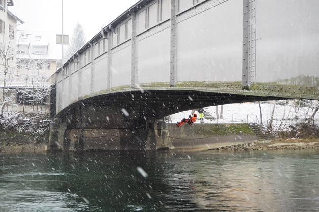 Ingenieur Michael Kunz seilt sich ab und inspiziert das Stahlwerk der Reussbrücke
