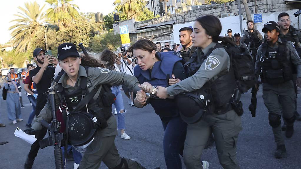 Die Reporterin des katarischen Fernsehsenders Al-Dschasira Givara Budeiri (Mitte) wird von zwei Frauen des israelischen Militärs abgeführt. Während einer Berichterstattung wurde sie gewaltsam in Jerusalem festgenommen.