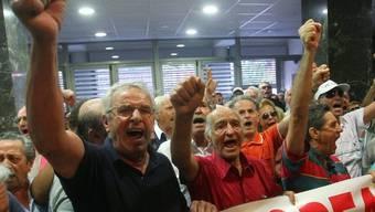 Demonstrierende Rentner im Gesundheitsministerium in Athen