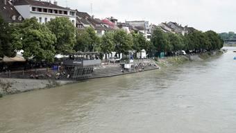 Das brennende Floss trieb ca. 20 Meter vom Basler Kleinufer entfernt. (Symbolbild)