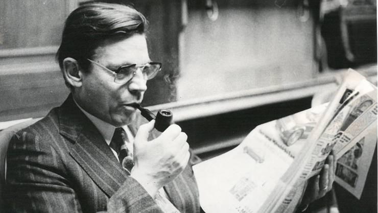 Das war um 1980 noch möglich: Pfeife rauchend sitzt Daniel Müller (†) im Nationalratssaal. Archiv