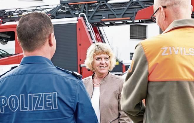 Christiane Guyer vor dem Feuerwehrdepot in Zofingen. Als Stadträtin ist sie auch für Sicherheit zuständig.