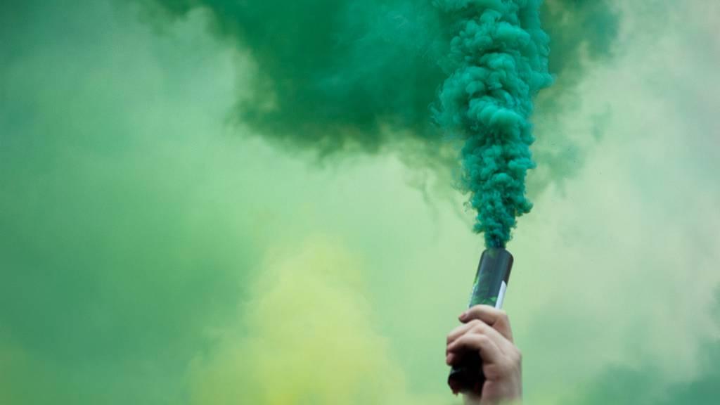 Das die Fussballfans Rauchbomben und Knallkörper dabei hatten, dürfte sie teuer zu stehen kommen. (Symbolbild)