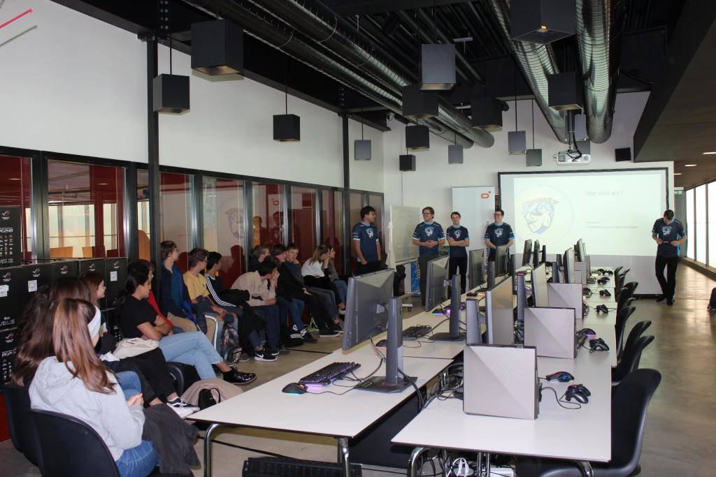 Die Gamer vom Team «mYsanity» erklären E-Sport. (© FM1Today / Krisztina Scherrer)