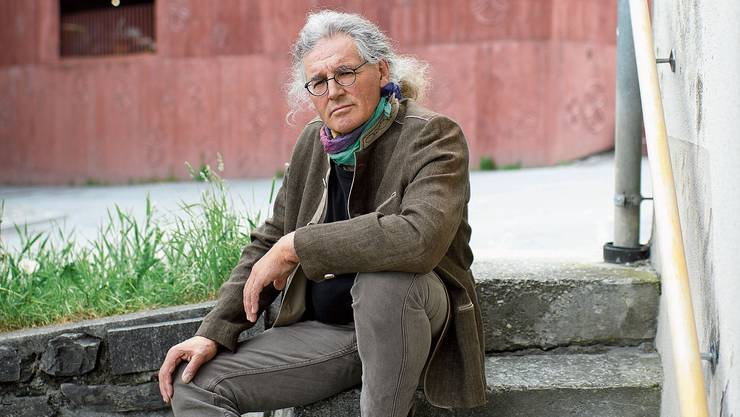 Linard Bardill vor seinem Atelierhaus im bündnerischen Scharans, wo er auch seine Seminare «Sterben für Anfänger» durchführte, die ihm Inspiration waren für sein Buch «Die Insel». Bild: Gian Ehrenzeller
