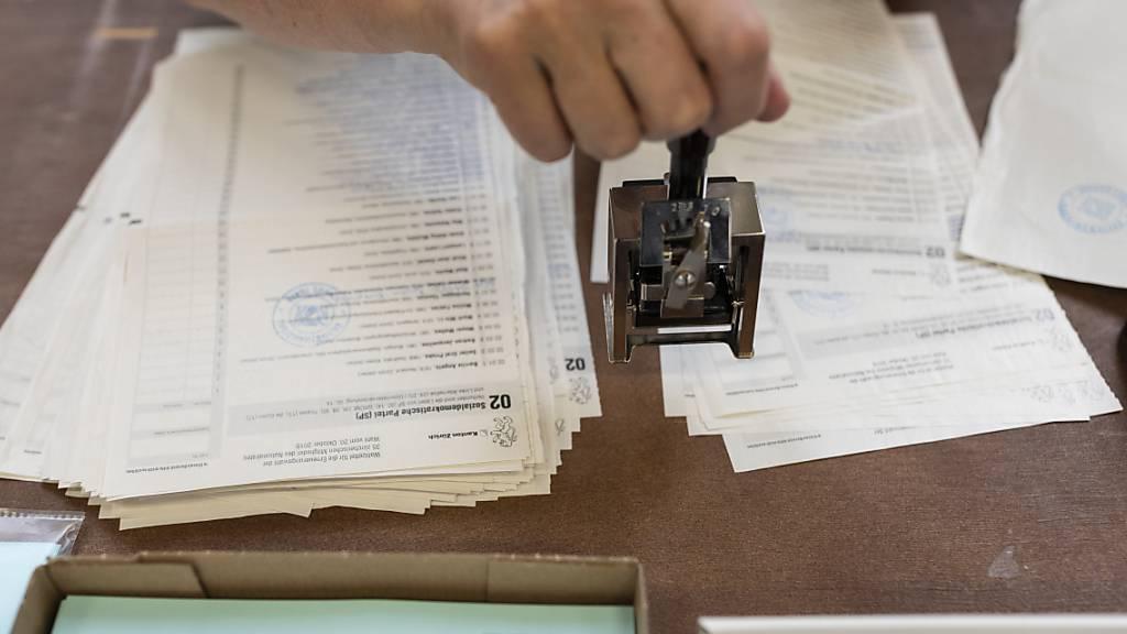 Das Auszählen von Wahlstimmen: Wahlzettel von im Ausland lebenden Schweizer Staatsangehörigen wird es für die zweiten Wahlgänge der Ständeratswahlen nicht mehr so viele geben. (Archivbild)
