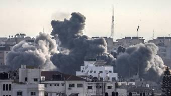 Die im Gazastreifen regierende Hamas und die mit ihr verbündete Gruppe Islamischer Dschihad haben sich nach Angaben von Verhandlungsteilnehmern auf einen Waffenstillstand mit Israel verständigt.