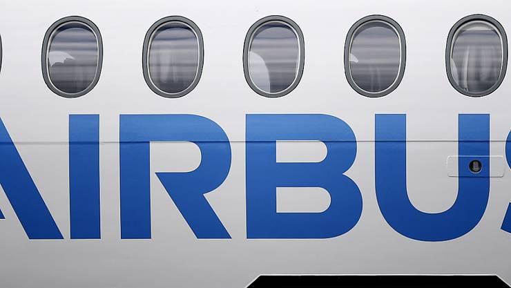 Der Airbus-Konzern muss aufgrund der schleppenden Geschäftsentwicklung in einer seiner Sparten ein Sparprogramm starten. (Symbolbild)