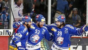 Tabacek, Trachsler und Bastl (von links) feiern die 2:0-Führung.