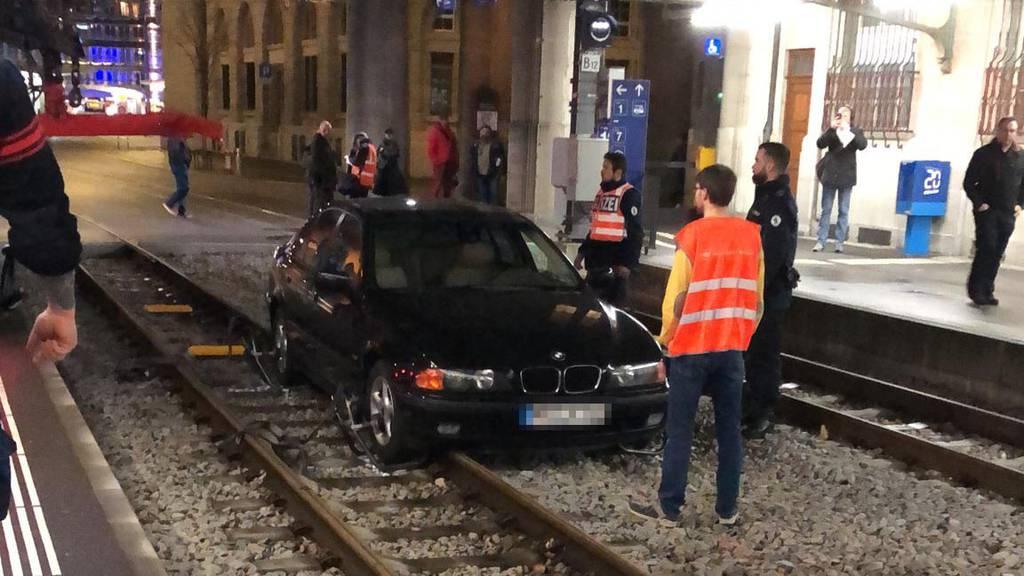 Auto auf Gleis