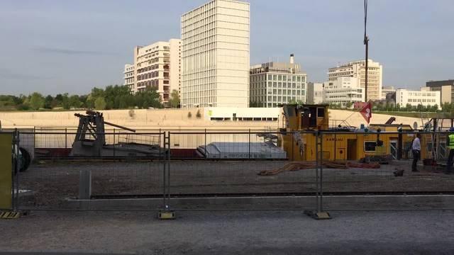 Das Hafenkran-Fahrwerk wird im Klybeck von der MS Aargau entladen und direkt auf die Schienen aufgesetzt..