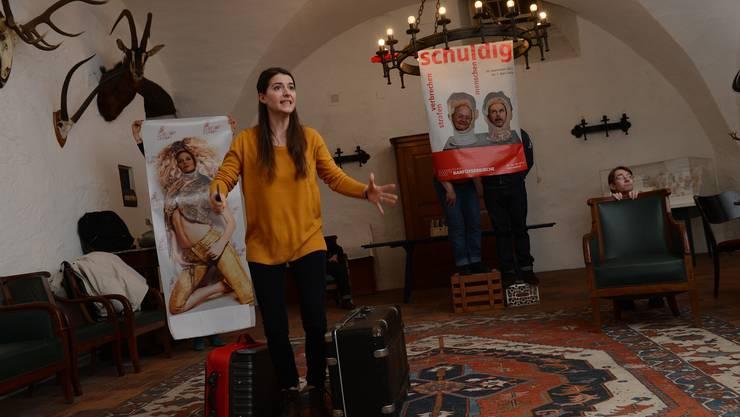 In dieser Szene versucht Viola von Scarpatetti erfolglos, am Barfüsserplatz ein Taxi zu bestellen.