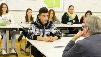 Urs Schmid vom Gewerbeverband probt mit dem Neuntklässler Tolga den Ernstfall «Bewerbungsgespräch».