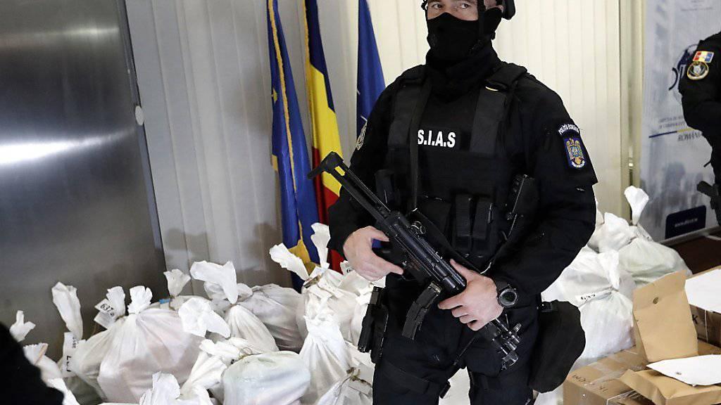 Die rumänischen Behörden präsentieren am Dienstag in Bukarest den an einem Schwarzmeerstrand gemachten Kokainfund im Wert von über 300 Millionen Euro.