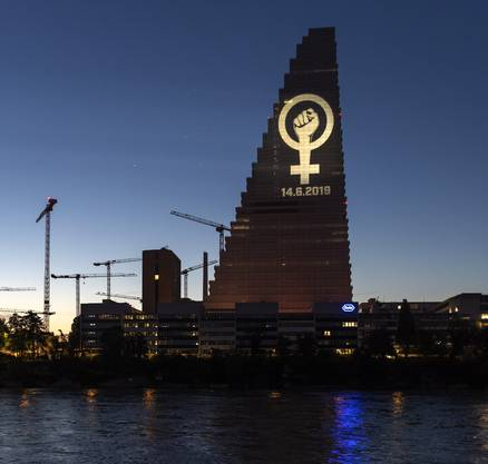 Frauenstreik-Logo am Roche-Turm in Basel.