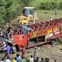 Bei einem Busunglück in Kenia sind 51 Menschen ums Leben gekommen - der Reisebus wurde beim Sturz in einen Abgrund vollständig zerstört.