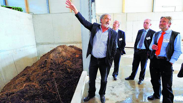 Besichtigung: Mitinhaber Urs Bobst, (links) erläutert Ständerat Rolf Büttiker, Hans-Ulrich Bigler, Direktor des Schweizerischen Gewerbeverbandes, und Andreas Röthlisberger, Vizepräsident des Verbandes Kompost- und Vergärwerke Schweiz, die Anlage.