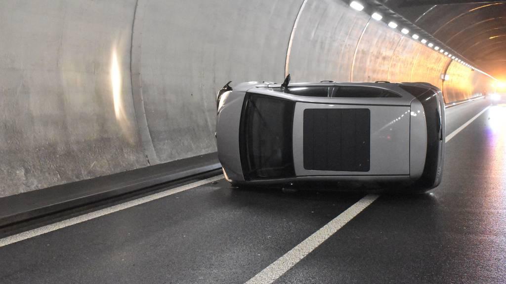 Auto überschlägt sich im Reussporttunnel