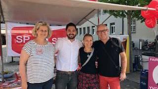 Yvonne Feri und Cédric Wermuth, flankiert von den beiden Co- Präsidenten der SP Wettingen, Pia Müller und Christian Oberholzer.
