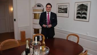 Martin A. Barak zeigt seinen exklusiven Firmensitz.  Irena Jurinak