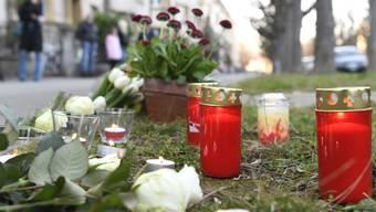 Blumen und Kerzen am Tatort in Basel, wo ein siebenjähriger Schulbub Opfer eines Tötungsdelikts wurde. Bei der mutmasslichen Täterin, einer 75-jährigen Frau, bestehen Zweifel an der Schuldfähigkeit.