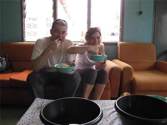 Alexander Amberg und Angela Santoro sind zum Essen eingeladen.