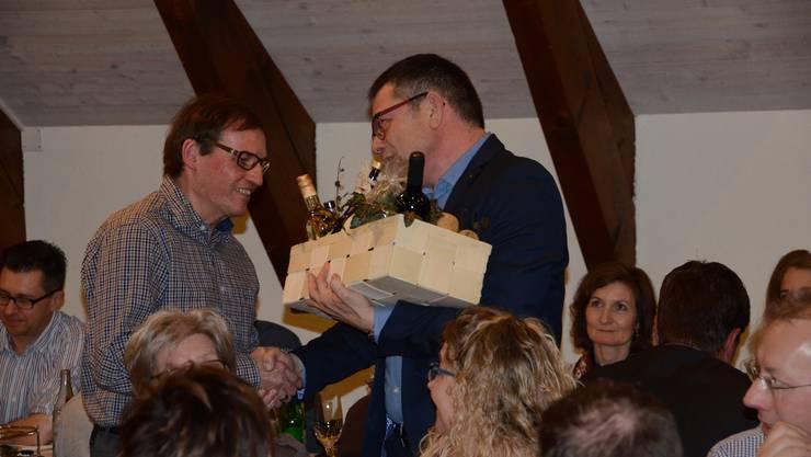 Der Präsident Heinz Senn gratuliert Leo Häuptli.