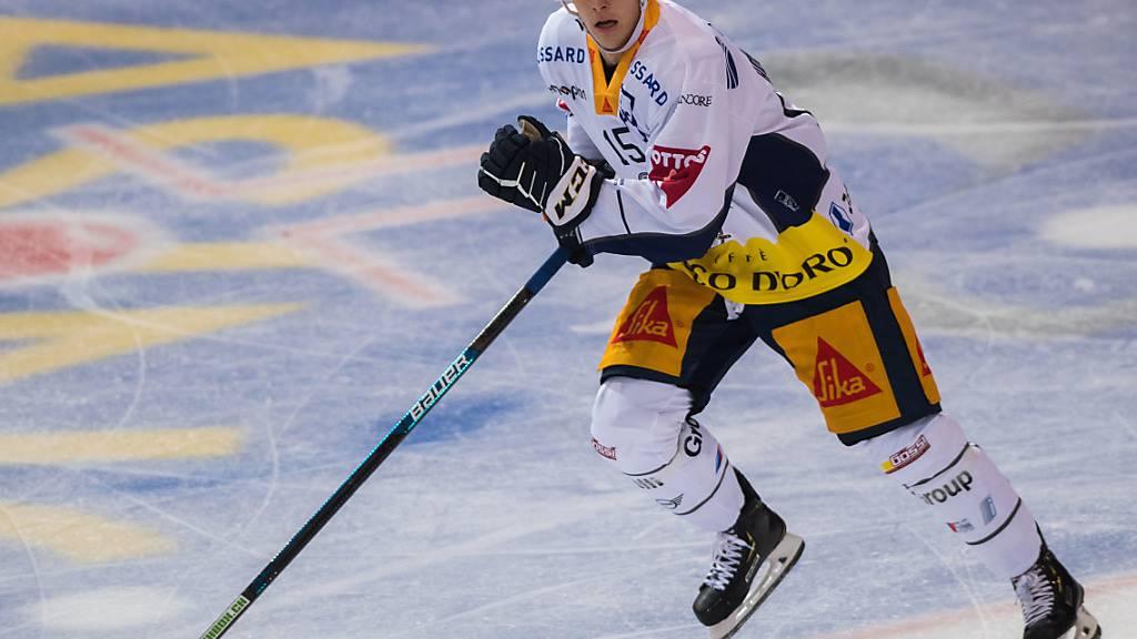 Gregory Hofmann, von 2007 bis 2012 ein Junior Ambris, entscheidet für den EVZ die Partie in Ambri (4:3)