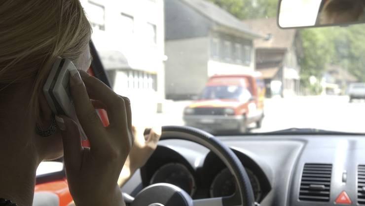 Knapp ein Drittel der kontrollierten Personen telefonierten während dem Fahren. (Symbolbild)