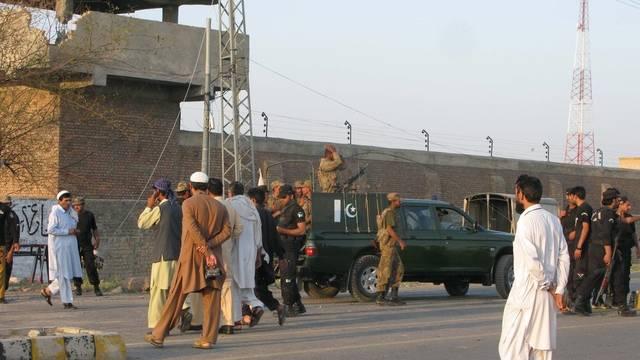 Pakistanische Sicherheitskräfte bewachen das Gefängnis von Bannu