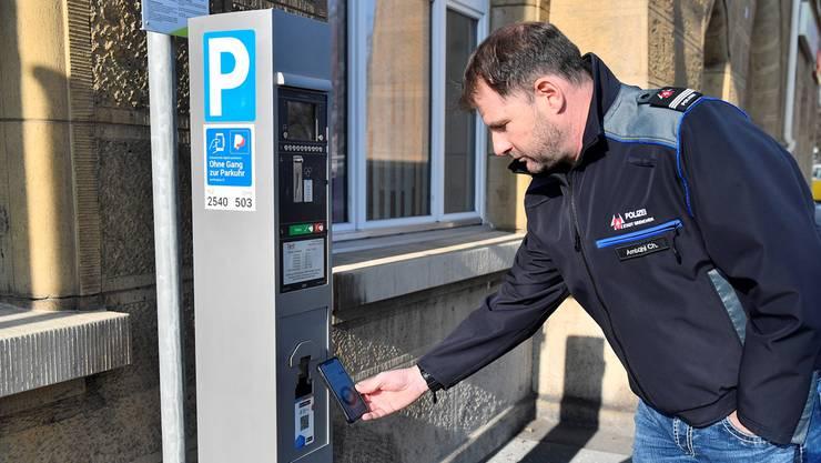 Christian Ambühl, Kommandant der Stadtpolizei Grenchen, demonstriert das Bezahlen der Parkgebühr per Twint. (Archiv)