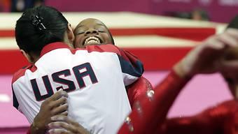 USA-Turnerin Gabrielle Douglas feiert Gold im Teamwettbewerb.