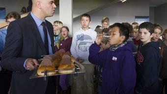 Bundesrat Alain Berset und Kinder am Nationalen Zukunftstag im Center for Space and Habitability der Uni Bern