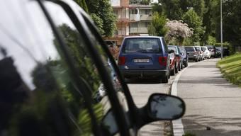 Das Parkieren vor der eigenen Haustüre wird künftig nicht mehr toleriert. (Symbolbild)