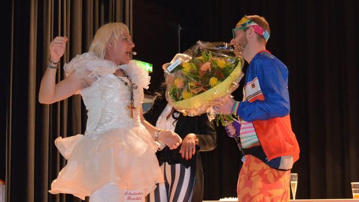 Stefan Haus nimmt die Gratulationen von Schwöschter Krimhild entgegen.