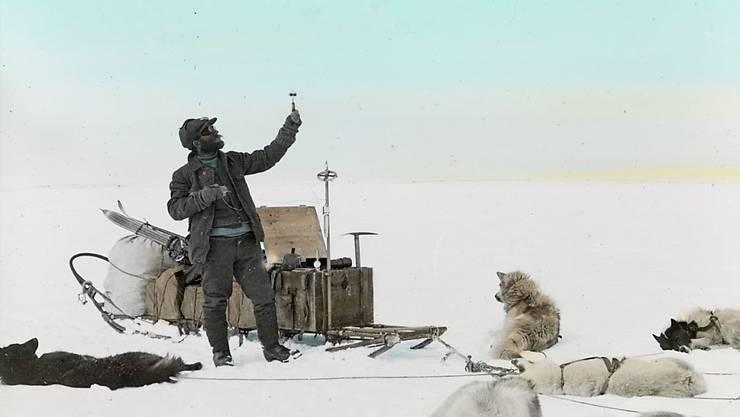 """Die Fotografie """"Alfred de Quervain auf dem grönländischen Inlandeis bei der Messung des Windes"""" (1912) ist Teil der Ausstellung """"Grönland 1912"""" im Landesmuseum in Zürich. Die Ausstellung dauert vom 6. Februar bis zum 19. April 2020."""