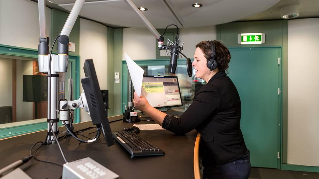 SRG will ab August 2022 nur noch digital senden, Privatradios folgen später
