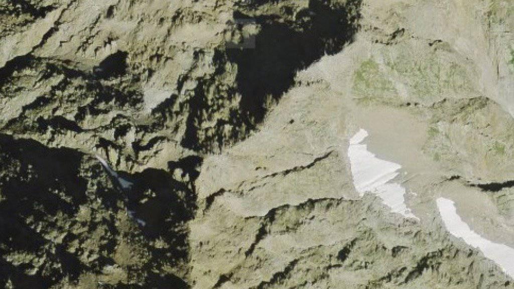 Auf dem Weg zum Bristen, zwischen Rot Bristen und Vorgipfel, ist ein Berggänger tödlich verunglückt. (Luftbild: Swisstopo)