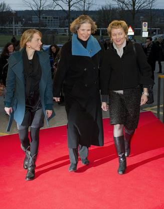 Die wichtigsten Frauen des Abends schreiten über den roten Teppich