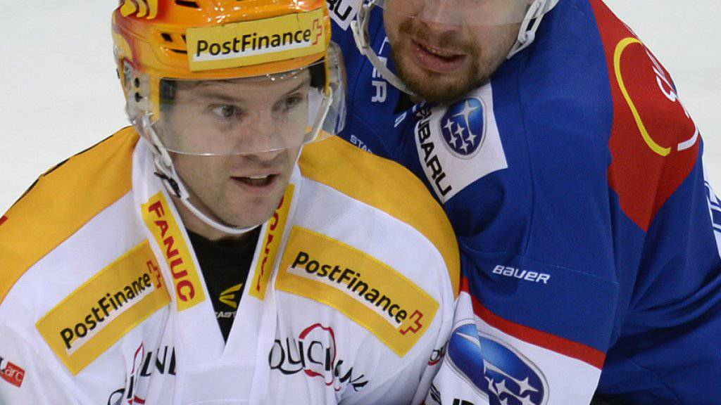 Mathias Seger (r.) packt auch nächste Saison für die ZSC Lions an wie hier gegen Biels Olausson