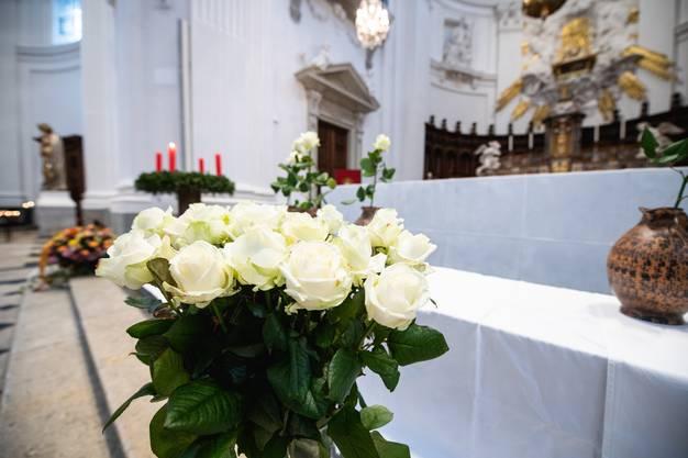 Weisse Rosen als Blumenschmuck