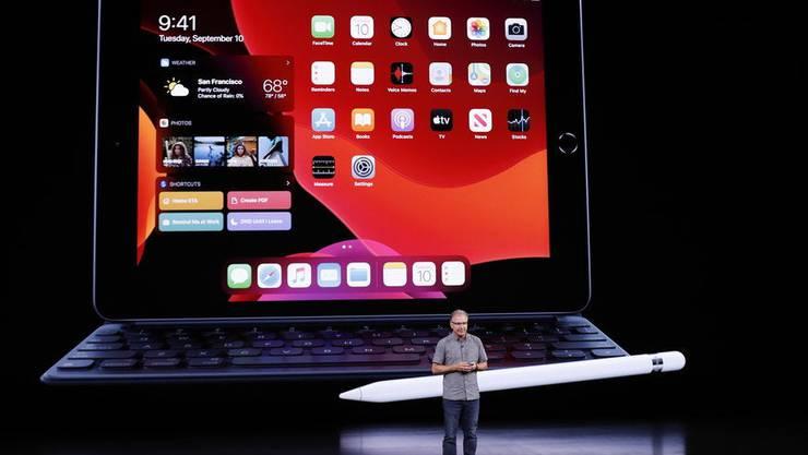 Apples-Manager Greg Joswiaki vor dem neuen iPad.
