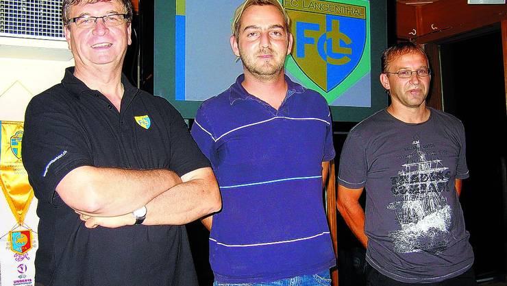 PRÄGTEN DIE FCL-MITGLIEDERVERSAMMLUNG: Präsident Guido Bardelli, der neu in den Vorstand gewählte Pascal Meyer und Finanzchef Rolf Meyer (von links), der eine positive Rechnung 2008/09 vorstellte. (Bild: HML)