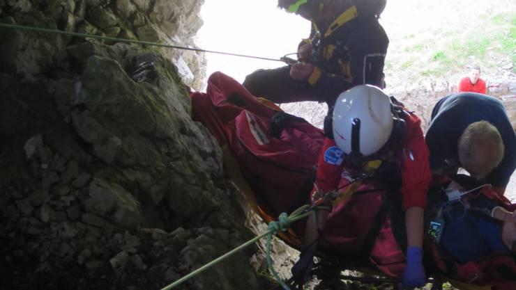 Ein auf der Schrattenfluh in eine Karsthöhle gestürzter Wanderer wird von seinen Rettern zu einem Höhlenausgang abgeseilt.