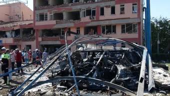 Bei dem Anschlag in Elazig wurden das vierstöckige Polizei-Gebäude und angrenzende Häuser schwer beschädigt.