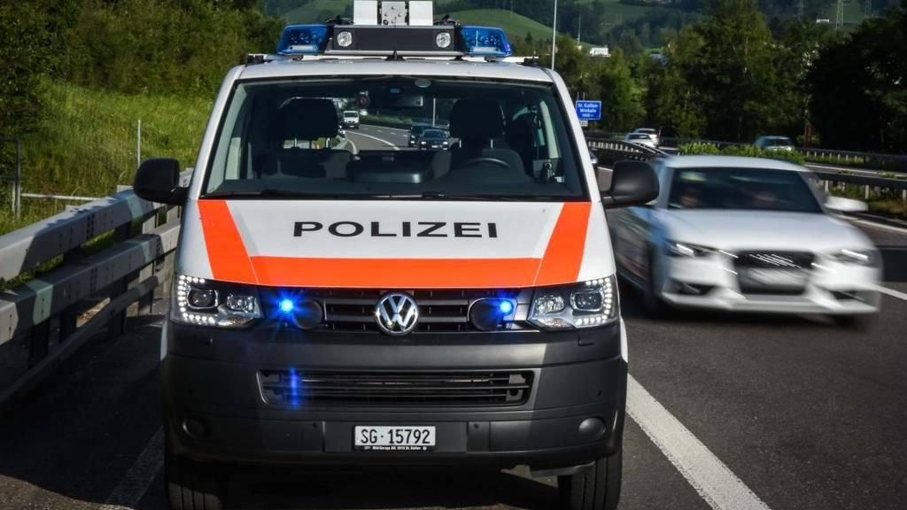 Die Polizei stoppte einen Mann, der auf der Autobahn Schlangenlinien fuhr. (Symbolbild)